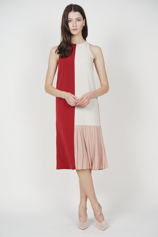 Danae Contrast Pleated Dress in Maroon